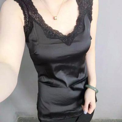 【超大弹力面料】点睛的一款精美内搭蕾丝背心 密拷花边的精美蕾丝勾勒出领肩线条 女性娇美体态若隐若现 弹力前片,光滑舒适、亲肤健康 塑造完美胸部线条 ,给您优雅的女性气质 后片弹力网纱,舒适透气,浪漫性感 精美实用级别单品 一定会成为别具慧心的OL们的大爱! M适合90-110斤!L码适合110-125斤!XL码适合125-140斤!XXL码适合140-160斤!